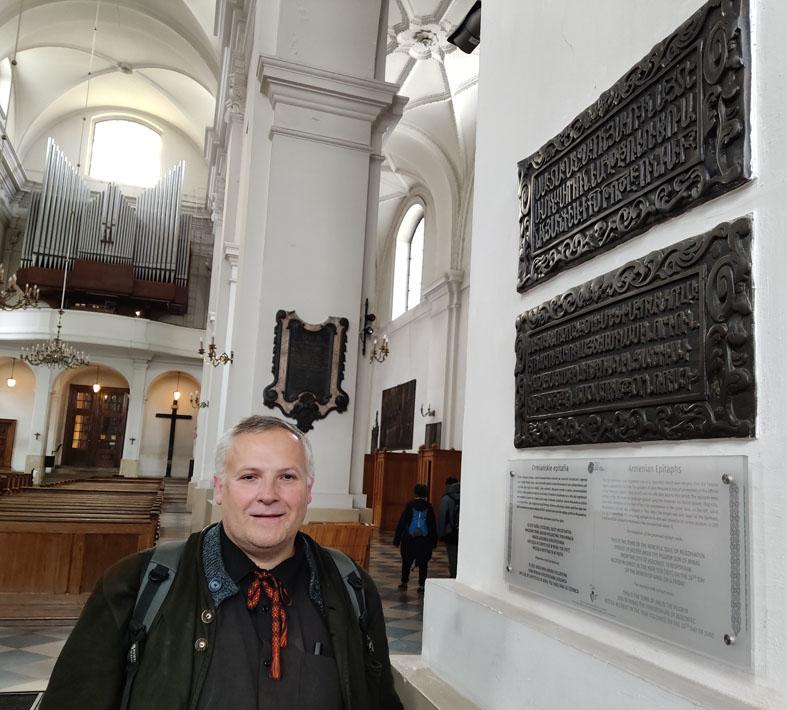 Andrij Szkriabiuk przy epitafiach ormiańskich w kościele św. Jacka
