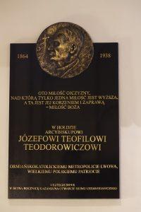 Tablica upamiętniająca abpa Józefa Teodorowicza w archikatedrze św. Jana Chrzciciela w Warszawie