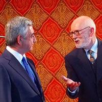 Profesor Andrzej Pisowicz w dyskusji z prezydentem Armenii, Serżem Sarkisjanem
